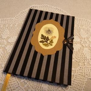 A/6 Csíkos, vonalas, virágberakásos notesz, Otthon & lakás, Naptár, képeslap, album, Jegyzetfüzet, napló, Könyvkötés, Méretek: 10 x 14 cm, 200 oldal. Halvány citromsárga színű, egyedi vonalazású lapokból, kézzel fűzött..., Meska