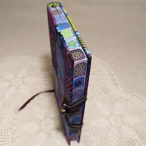 A/6 Lila virágmintás, vonalas, metszéses notesz, Jegyzetfüzet & Napló, Papír írószer, Otthon & Lakás, Festett tárgyak, Könyvkötés, Méretek: 10 x 14 cm, 200 oldal. Halvány lila színű, egyedi vonalazású lapokból, hagyományos kézi fűz..., Meska