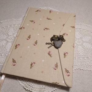 A/5 Rózsás, lakatos , vonalas napló, Jegyzetfüzet & Napló, Papír írószer, Otthon & Lakás, Könyvkötés, Méretek: 14x20 cm. 240 oldal\nPasztell barackvirág színű, egyedi vonalazású lapokkal.\nA könyvtestet k..., Meska