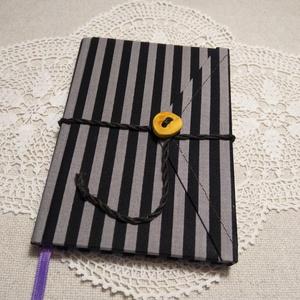 A/6 Csíkos-pöttyös, vonalas, gombos-zsebes notesz, Jegyzetfüzet & Napló, Papír írószer, Otthon & Lakás, Könyvkötés, Mindenmás, Mérete: 10 x 14 cm, 200 oldal. Saját készítésű  fagombbal, kézzel fűzött, egyedi vonalazású, halvány..., Meska