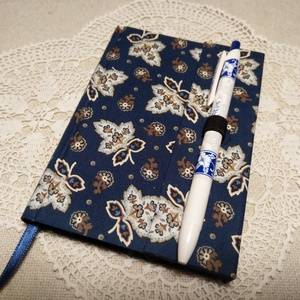 A/6 Kék nagy virágos, vonalas, tollas notesz , Jegyzetfüzet & Napló, Papír írószer, Otthon & Lakás, Könyvkötés, Mérete 10 x 14 cm  200 oldal Halvány kék, egyedi vonalazású lapokkal.  A toll kihúzásával nyílik a k..., Meska