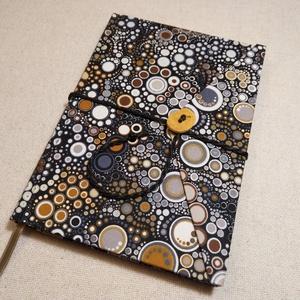 A/5 Színes pöttyös, gombos-zsebes napló, Otthon & lakás, Naptár, képeslap, album, Jegyzetfüzet, napló, Könyvkötés, Famegmunkálás, Méretek: 14 x 20 cm, 240 oldal. Hagyományos kézi fűzéssel készült a könyvtest. A tábláján lévő fagom..., Meska
