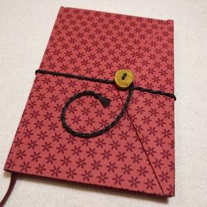 A/5 Bordó, gombos-zsebes napló, Jegyzetfüzet & Napló, Papír írószer, Otthon & Lakás, Könyvkötés, Famegmunkálás, Méretek: 14 x 20 cm, 240 oldal. Hagyományos kézi fűzéssel készült a könyvtest, pasztell rózsaszínű, ..., Meska