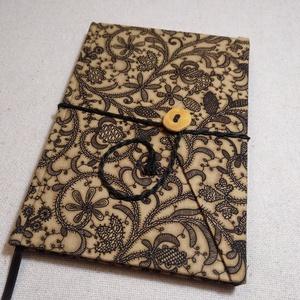 A/5 Hímzett motívumos, vonalas, gombos-zsebes napló, Jegyzetfüzet & Napló, Papír írószer, Otthon & Lakás, Könyvkötés, Famegmunkálás, Méretek: 14 x 20 cm, 240 oldal. Hagyományos kézi fűzéssel készült a könyvtest, pasztell krém színű, ..., Meska