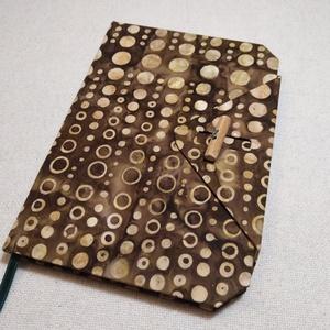 A/5 Pönnyös, vonalas, hosszú gombos napló, Jegyzetfüzet & Napló, Papír írószer, Otthon & Lakás, Könyvkötés, Famegmunkálás, Méretek: 14 x 20 cm, 240 oldal. Hagyományos kézi fűzéssel készült a könyvtest,vaj sárga színű, egyed..., Meska