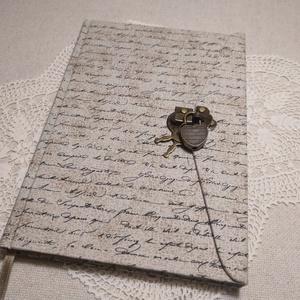 A/5 Írott mintás, lakatos napló, Karácsony, Otthon & lakás, Naptár, képeslap, album, Jegyzetfüzet, napló, Könyvkötés, Méretek: 14x20 cm. 240 oldal\nHalvány vajsárga színű, üres lapokkal.\nA könyvtestet kézzel fűztem, a k..., Meska