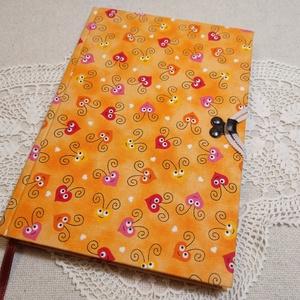 A/5 Napsárga, szívecskés,, kampós napló, Otthon & lakás, Naptár, képeslap, album, Jegyzetfüzet, napló, Könyvkötés, Méretek: 14 x 20 cm, 240 oldal. Pasztell barackvirág színű papírból, kézzel fűztem a könyvtestet. A ..., Meska