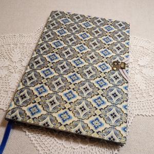 A/5 Kék-arany mintás, kampós, vonalas napló, Otthon & lakás, Naptár, képeslap, album, Jegyzetfüzet, napló, Könyvkötés, Méretek: 14 x 20 cm, 240 oldal. Halvány vajsárga színű, egyedi vonalazású lapokból, kézzel fűztem a ..., Meska