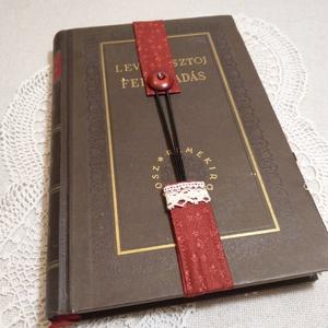 Gombos könyvjelző, bordó (1), Könyvjelző, Papír írószer, Otthon & Lakás, Varrás, Ez egy gombolható könyvjelző, könnyen használható, mosható, és nem esik ki a könyvből. Összegombolva..., Meska