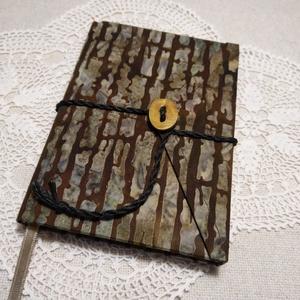 Fakéreg mintás, gombos-zsebes, vonalas notesz, Jegyzetfüzet & Napló, Papír írószer, Otthon & Lakás, Könyvkötés, Mindenmás, Mérete: 10 x 14 cm, 200 oldal. Saját készítésű  fagombbal, kézzel fűzött, halvány sárga színű , egye..., Meska
