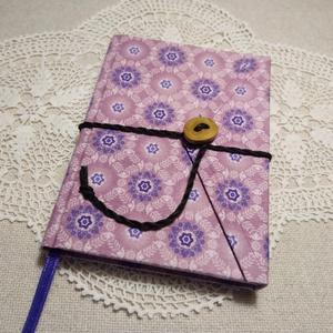 Lila mintás, gombos-zsebes, vonalas notesz, Jegyzetfüzet & Napló, Papír írószer, Otthon & Lakás, Könyvkötés, Mindenmás, Mérete: 10 x 14 cm, 200 oldal. Saját készítésű  fagombbal, kézzel fűzött, halvány lila színű, egyedi..., Meska