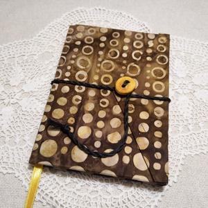 Barna karikás, gombos-zsebes, vonalas notesz, Jegyzetfüzet & Napló, Papír írószer, Otthon & Lakás, Könyvkötés, Mindenmás, Mérete: 10 x 14 cm, 200 oldal. Saját készítésű  fagombbal, kézzel fűzött, halvány sárga színű, egyed..., Meska