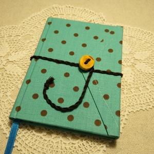 Türkíz pöttyös, gombos-zsebes, vonalas notesz, Jegyzetfüzet & Napló, Papír írószer, Otthon & Lakás, Könyvkötés, Mindenmás, Mérete: 10 x 14 cm, 200 oldal. Saját készítésű  fagombbal, kézzel fűzött, halvány kék színű, egyedi ..., Meska