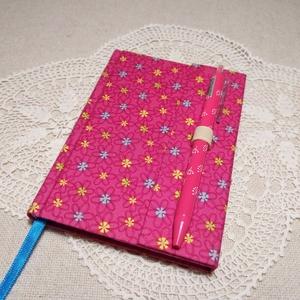 A/6 Rózsaszín, tollas notesz , Jegyzetfüzet & Napló, Papír írószer, Otthon & Lakás, Könyvkötés, Mérete 10 x 14 cm  200 oldal Halvány kék és zöld színű, lapokkal.  A toll kihúzásával nyílik a könyv..., Meska