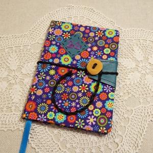 A/6 Színes virágú, gombos határidőnapló, Naptár & Tervező, Papír írószer, Otthon & Lakás, Könyvkötés, Fotó, grafika, rajz, illusztráció, Méretek: 10x14 cm. Pasztell lila színű lapokból, kézzel fűzött könyvtest. Hetes beosztású, kézzel me..., Meska