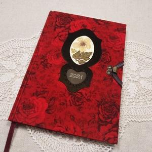 A/5 Tűzpiros virágberakásos ,határidőnapló, Otthon & Lakás, Papír írószer, Jegyzetfüzet & Napló, Könyvkötés, Fotó, grafika, rajz, illusztráció, Méretek: 20 x 14 cm. Halvány vajsárga színű lapokból, kézzel fűzött könyvtest. Hetes beosztású, kézz..., Meska