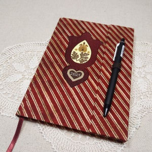 A/5 Bordó csíkos virágberakásos, tollas ,határidőnapló, Otthon & Lakás, Papír írószer, Jegyzetfüzet & Napló, Könyvkötés, Fotó, grafika, rajz, illusztráció, Méretek: 20 x 14 cm. Halvány citromsárga színű lapokból, kézzel fűzött könyvtest. Hetes beosztású, k..., Meska