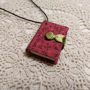 Bordó, mini könyvmedál (16), Ékszer, Nyaklánc, Hosszú nyaklánc, Könyvkötés, Méretek: 29 x 22 mm,72 oldalas. Halvány sárga és zöld színű lapokból, kézzel fűzött igaz mini könyve..., Meska