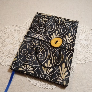 A/5 Fekete mintás, vonalas, gombos-zsebes napló, Otthon & Lakás, Papír írószer, Jegyzetfüzet & Napló, Könyvkötés, Famegmunkálás, Méretek: 14 x 20 cm, 240 oldal. Hagyományos kézi fűzéssel készült a könyvtest, halvány kék színű, eg..., Meska