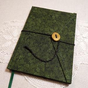 A/5 Zöld leveles, gombos-zsebes napló, Otthon & Lakás, Papír írószer, Jegyzetfüzet & Napló, Könyvkötés, Famegmunkálás, Méretek: 14 x 20 cm, 240 oldal. Hagyományos kézi fűzéssel készült a könyvtest, halvány zöld színű, ü..., Meska