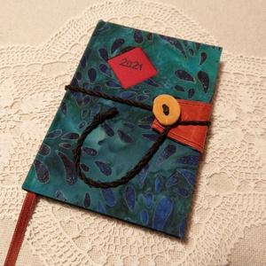 A/6 Türkíz ,gombos határidőnapló, Otthon & Lakás, Papír írószer, Jegyzetfüzet & Napló, Könyvkötés, Fotó, grafika, rajz, illusztráció, Méretek: 10x14 cm. Halvány kék színű lapokból, kézzel fűzött könyvtest. Hetes beosztású, kézzel megr..., Meska