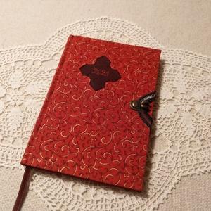 A/6 Piros-arany ,határidő napló, Otthon & Lakás, Papír írószer, Jegyzetfüzet & Napló, Könyvkötés, Fotó, grafika, rajz, illusztráció, Méretek: 10 x 14 cm.Halvány barackvirág színű lapokból, kézzel fűzött könyvtest. Hetes beosztású, ké..., Meska