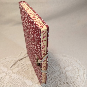 A/5 Bordó-fehér metszéses napló, Otthon & Lakás, Papír írószer, Jegyzetfüzet & Napló, Festett tárgyak, Könyvkötés, Méretek: 14 x 20 cm, 240 oldal. Pasztell barackvirág színű lapokból, hagyományos kézi fűzéssel készü..., Meska