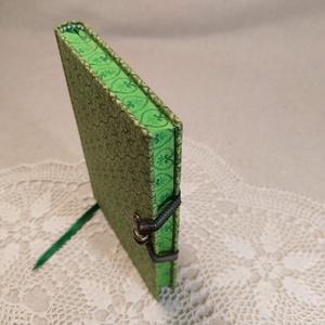 A/6 Zöld szíves, vonalas, metszéses notesz, Otthon & Lakás, Papír írószer, Jegyzetfüzet & Napló, Festett tárgyak, Könyvkötés, Méretek: 10 x 14 cm, 200 oldal. Halvány színű, egyedi vonalazású lapokból, hagyományos kézi fűzéssel..., Meska