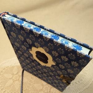 A/5 Kék mintás metszésfestett határidőnapló, Otthon & Lakás, Papír írószer, Naptár & Tervező, Fotó, grafika, rajz, illusztráció, Könyvkötés, Méretek: 14x20 cm. Halvány kék színű lapokból, kézzel fűzött könyvtest. Hetes beosztású, kézzel megr..., Meska