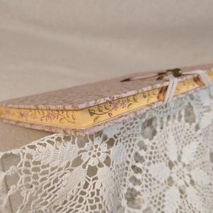 A/5 Rózsaszín virágos, metszésfestett határidőnapló, Otthon & Lakás, Papír írószer, Naptár & Tervező, Fotó, grafika, rajz, illusztráció, Könyvkötés, Méretek: 14x20 cm. Halvány barackvirág színű lapokból, kézzel fűzött könyvtest. Hetes beosztású, kéz..., Meska