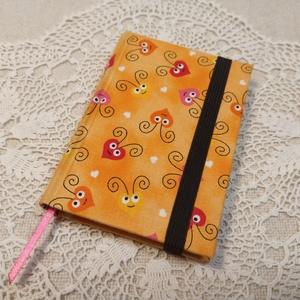 A/7 szívecskés gumis notesz, Otthon & Lakás, Papír írószer, Jegyzetfüzet & Napló, Könyvkötés, Méretek: 7x 10cm, 160 oldal. Halvány citromsárga és halvány narancssárga színű lapokból, hagyományos..., Meska
