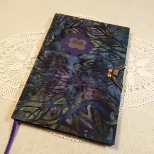 A/5 Indigó kék-lila, kampós határidőnapló, Otthon & Lakás, Papír írószer, Naptár & Tervező, Fotó, grafika, rajz, illusztráció, Könyvkötés, Méretek: 14x20 cm. Pasztell lila színű lapokból, kézzel fűzött könyvtest. Hetes beosztású, kézzel me..., Meska