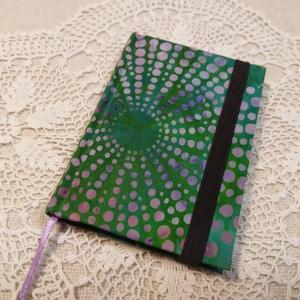 A/7 Zöld pöttyös, gumis notesz, Otthon & Lakás, Papír írószer, Jegyzetfüzet & Napló, Könyvkötés, Méretek: 7x 10cm, 160 oldal. Halvány sárga, zöld és krém színű lapokból, hagyományos kézi fűzéssel f..., Meska