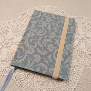 A/6 Pasztell kék vonalas, gumis notesz, Otthon & Lakás, Papír írószer, Jegyzetfüzet & Napló, Könyvkötés, Méretek: 10 x 14 cm, 200 oldal. Halvány kék színű, egyedi vonalazású lapokból, hagyományos kézi fűzé..., Meska