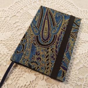 A/7 Kék mintás, gumis notesz, Otthon & Lakás, Papír írószer, Jegyzetfüzet & Napló, Könyvkötés, Méretek: 7x 10cm, 160 oldal. Halvány kék és sárga színű lapokból, hagyományos kézi fűzéssel fűzött k..., Meska