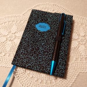 A/6 Fekete- türkíz tollas határidőnapló, Otthon & Lakás, Papír írószer, Naptár & Tervező, Könyvkötés, Fotó, grafika, rajz, illusztráció, Méretek: 10x 14 cm. Halvány kék színű lapokból, kézzel fűzött könyvtest. Hetes beosztású, kézzel meg..., Meska