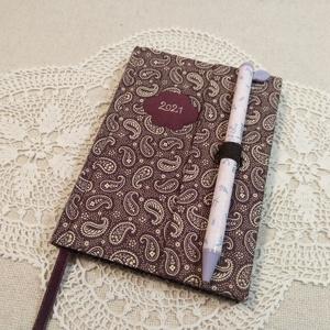 A/6 Lila cseppmintás tollas határidőnapló, Otthon & Lakás, Papír írószer, Naptár & Tervező, Könyvkötés, Fotó, grafika, rajz, illusztráció, Méretek: 10x 14 cm. Pasztell lila színű lapokból, kézzel fűzött könyvtest. Hetes beosztású, kézzel m..., Meska