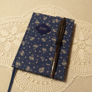 A/6 Kék mintás tollas határidőnapló, Otthon & Lakás, Papír írószer, Naptár & Tervező, Könyvkötés, Fotó, grafika, rajz, illusztráció, Méretek: 10x 14 cm. Halvány kék színű lapokból, kézzel fűzött könyvtest. Hetes beosztású, kézzel meg..., Meska