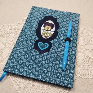 A/5 Türkíz kék virágberakásos, tollas ,határidőnapló, Otthon & Lakás, Papír írószer, Jegyzetfüzet & Napló, Könyvkötés, Fotó, grafika, rajz, illusztráció, Méretek: 20 x 14 cm. Halvány kék színű lapokból, kézzel fűzött könyvtest. Hetes beosztású, kézzel me..., Meska