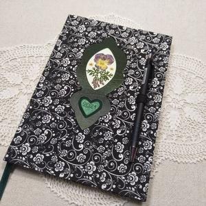 A/5 Fekete-fehér virágberakásos, tollas ,határidőnapló, Otthon & Lakás, Papír írószer, Jegyzetfüzet & Napló, Könyvkötés, Fotó, grafika, rajz, illusztráció, Méretek: 20 x 14 cm. Halvány zöld színű lapokból, kézzel fűzött könyvtest. Hetes beosztású, kézzel m..., Meska