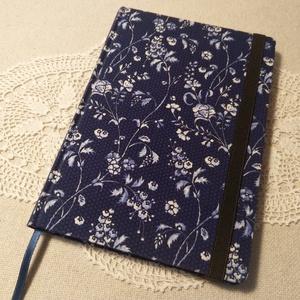 A/5 Kék virágos, gumis napló, Otthon & Lakás, Papír írószer, Jegyzetfüzet & Napló, Könyvkötés, Méretek: 14x 20cm, 240 oldal. Pasztell lila színű lapokból, hagyományos kézi fűzéssel fűzött könyvte..., Meska
