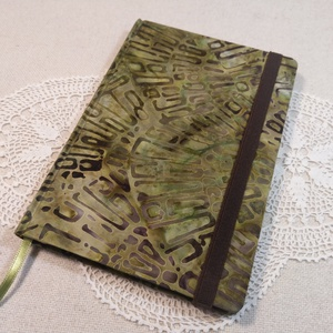 A/5 Zöld batikolt gumis napló, Otthon & Lakás, Papír írószer, Jegyzetfüzet & Napló, Könyvkötés, Méretek: 14x 20cm, 240 oldal. Halvány zöld színű lapokból, hagyományos kézi fűzéssel fűzött könyvtes..., Meska