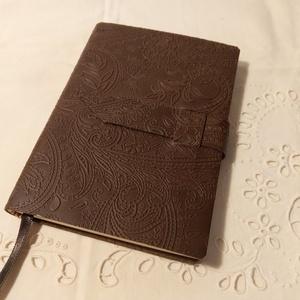 A/6 Mintás, puhabőrös, vonalas notesz, Otthon & Lakás, Papír írószer, Jegyzetfüzet & Napló, Könyvkötés, Méretek: 10x14 cm, 200 oldal. Krémszínű, egyedi vonalazású lapokból, hagyományos kézi fűzéssel fűzöt..., Meska