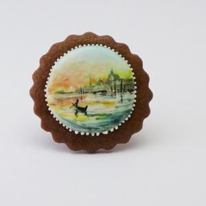 Reggel Velencében - festett kézműves keksz, Dekoráció, Otthon & lakás, Esküvő, Képzőművészet, Lakberendezés, Festett tárgyak, Mézeskalácssütés, A sötétbarna, kakaós kekszen lévő hófehér tojáshabon ételfestékkel festett velencei látkép látható. ..., Meska