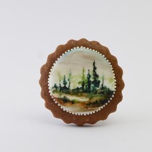 Mikor a köd se száll fel - festett kézműves keksz, Dekoráció, Otthon & lakás, Esküvő, Képzőművészet, Lakberendezés, Festett tárgyak, Mézeskalácssütés, A sötétbarna, kakaós kekszen lévő hófehér tojáshabon ételfestékkel festett erdei tájkép látható. Apr..., Meska