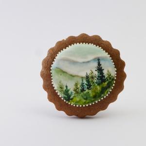 Reggel a Mátrában - festett kézműves keksz, Dekoráció, Otthon & lakás, Esküvő, Képzőművészet, Lakberendezés, Festett tárgyak, Mézeskalácssütés, A sötétbarna, kakaós kekszen lévő hófehér tojáshabon ételfestékkel festett erdei tájkép látható. Apr..., Meska