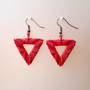 Piros peyote fülbevaló, Lógós fülbevaló, Fülbevaló, Ékszer, Lógós fülbevaló, Fülbevaló, Ékszer, Gyöngyfűzés, gyöngyhímzés, Háromszög alakú fülbevaló apró delica gyöngyökből.\nKülönböző árnyalatú piros gyöngyönkből.\nMérete:kb..., Meska