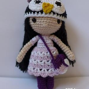 Pingvin sapkás horgolt kislány baba, Gyerek & játék, Játék, Baba, babaház, Horgolás, Petra felvette pingvines sapkáját, csíkos kistáskáját és szívesen elkísér mindenhová!\n--------------..., Meska