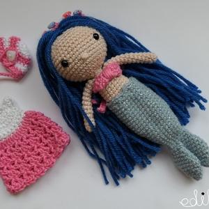 Kék hajú horgolt sellő baba kiegészítőkkel, öltöztethető, Játék & Gyerek, Baba & babaház, Öltöztethető baba, Horgolás, Saját tervezésű, egyedi, kb 13cm magas horgolt kislány baba. 100% pamut fonalból készült, a szeme bi..., Meska