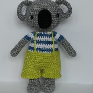 Horgolt koala fiú, Játék & Gyerek, Plüssállat & Játékfigura, Horgolás, 100% pamut fonalból készült ez a kis huncut koala fiú. Kb 17cm magas. A nadrágját ügyes kezű gyerkőc..., Meska